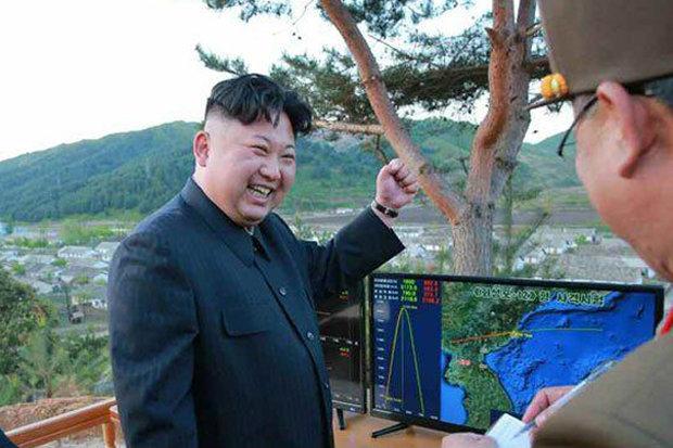 """Kim Jong-un tươi cười ăn mừng phóng tên lửa """"hạt nhân"""" - 1"""