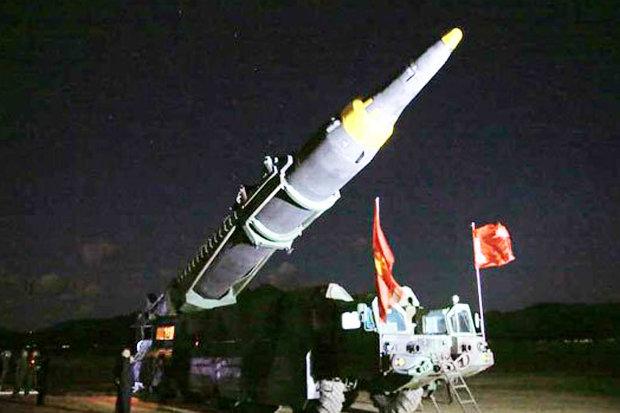 """Kim Jong-un tươi cười ăn mừng phóng tên lửa """"hạt nhân"""" - 4"""