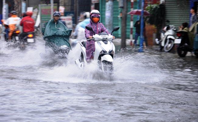 Mưa 20 phút, đường phố Sài Gòn nước chảy như thác đổ - 5