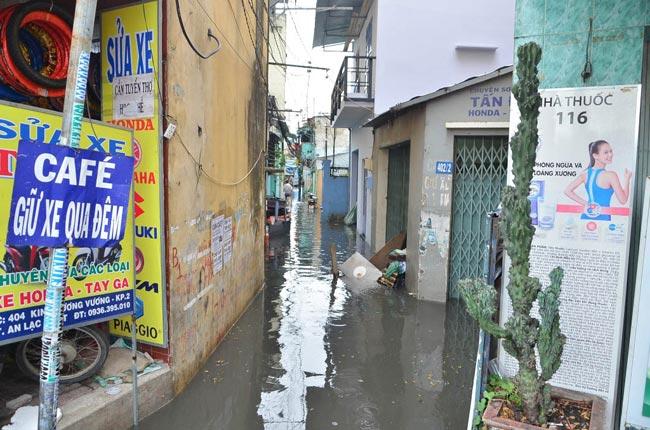 Mưa 20 phút, đường phố Sài Gòn nước chảy như thác đổ - 12