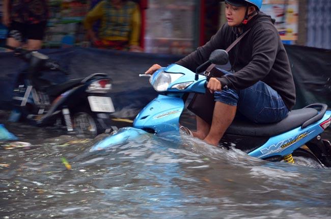 Mưa 20 phút, đường phố Sài Gòn nước chảy như thác đổ - 11