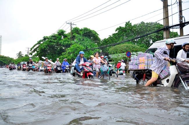 Mưa 20 phút, đường phố Sài Gòn nước chảy như thác đổ - 16