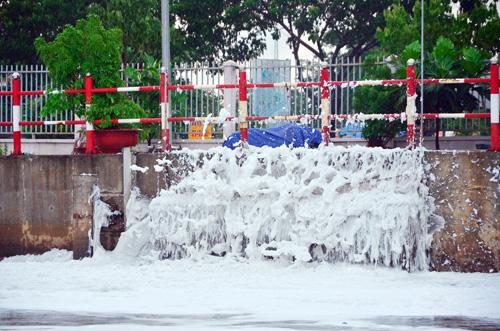 """""""Tuyết"""" phủ trắng kênh đen khiến người SG ngỡ ngàng - 8"""