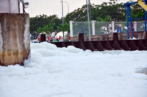 """""""Tuyết"""" phủ trắng kênh đen khiến người SG ngỡ ngàng - 6"""