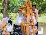 """Ẩm thực - Dân mạng """"phát sốt"""" với bánh mì """"khổng lồ"""" ở An Giang"""