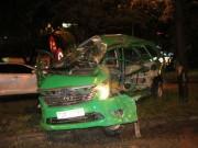 Tin tức trong ngày - Tài xế nằm bất động trong taxi bị vò nát trên đại lộ