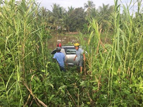 Ôtô tông 6 người thương vong rồi lọt xuống sông - 1