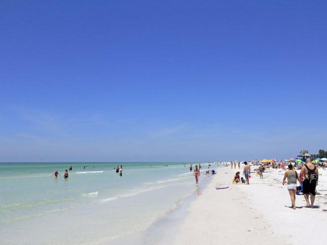 Siesta Beach, bang Florida: Đây là một trong những bãi biển có cát trắng và mịn nhất thế giới. Siesta Beach có nước gần bờ rất nông và nhân viên cứu hộ trực quanh năm, phù hợp cho các kỷ nghỉ gia đình.