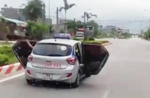 Sự thật bất ngờ vụ taxi mở bung 2 cửa chạy trên đường ở Thanh Hóa - 1