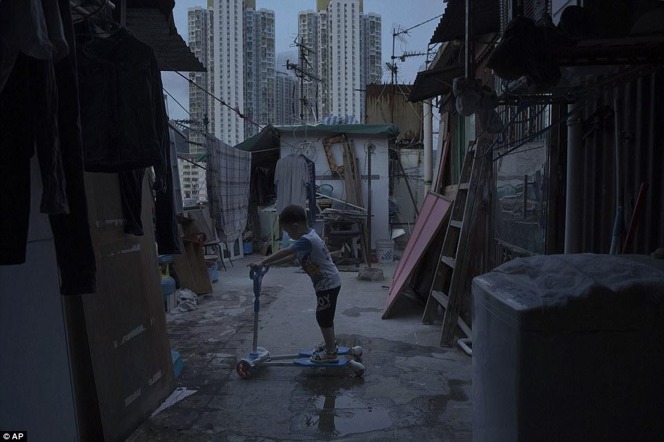 """Chùm ảnh mới nhất về những """"căn hộ quan tài"""" gây ám ảnh ở Hồng Kông - 7"""