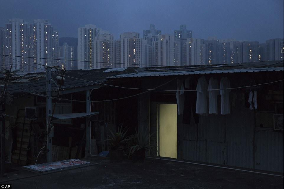 """Chùm ảnh mới nhất về những """"căn hộ quan tài"""" gây ám ảnh ở Hồng Kông - 8"""
