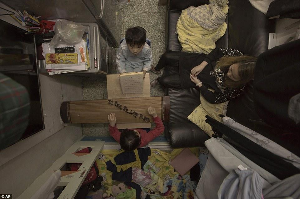 """Chùm ảnh mới nhất về những """"căn hộ quan tài"""" gây ám ảnh ở Hồng Kông - 9"""