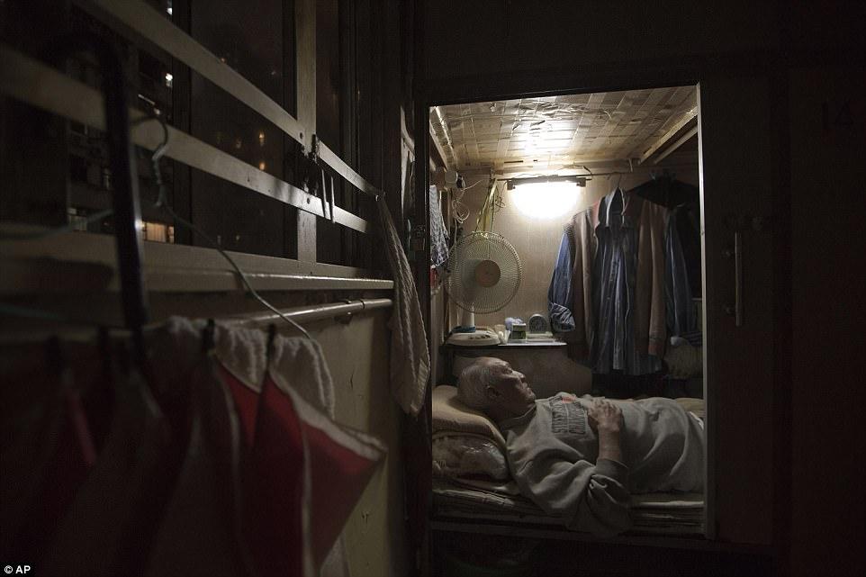 """Chùm ảnh mới nhất về những """"căn hộ quan tài"""" gây ám ảnh ở Hồng Kông - 10"""