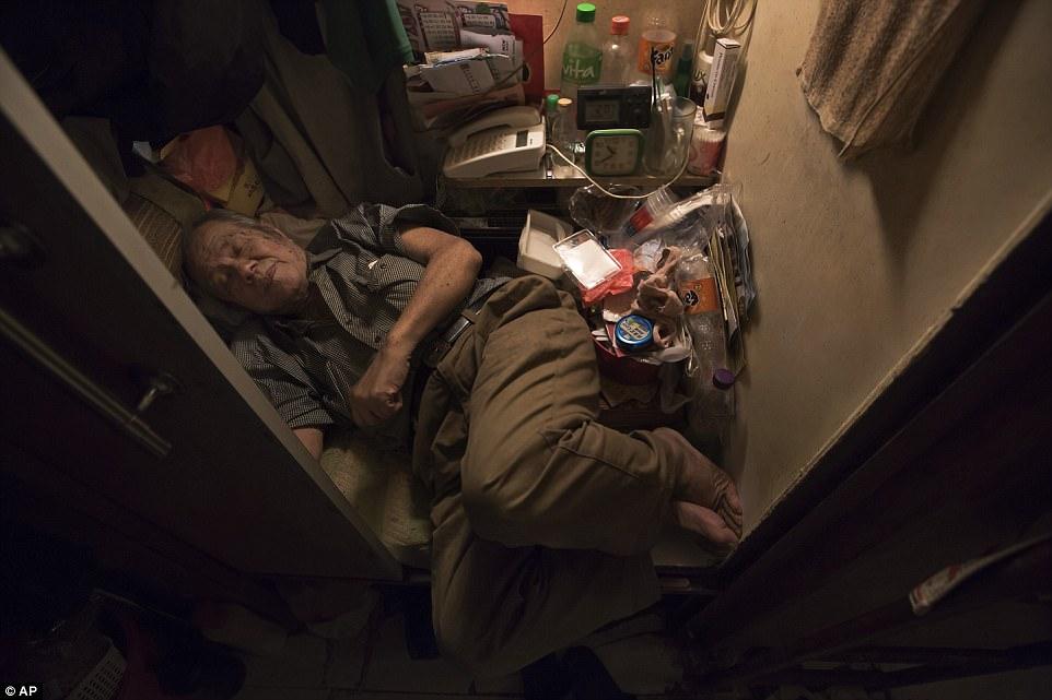 """Chùm ảnh mới nhất về những """"căn hộ quan tài"""" gây ám ảnh ở Hồng Kông - 12"""