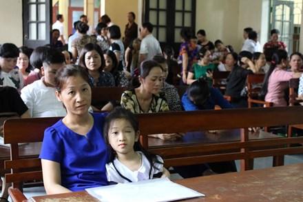 Nhà trường phải bồi thường hơn 100 triệu đồng cho bé bị mù một mắt - 1