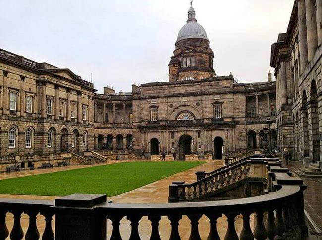 1. Đại học Edinburgh được thành lập năm 1582, là một trong những trường đại học lâu đời nhất ở Scotland.