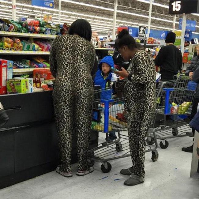 """Em bảo rồi, đi siêu thị mặc  """" đồ đôi """"  sẽ mua hàng rẻ hơn."""