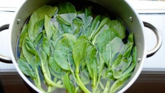Ngâm nước muối lâu cho rau củ quả có tẩy sạch hóa chất?