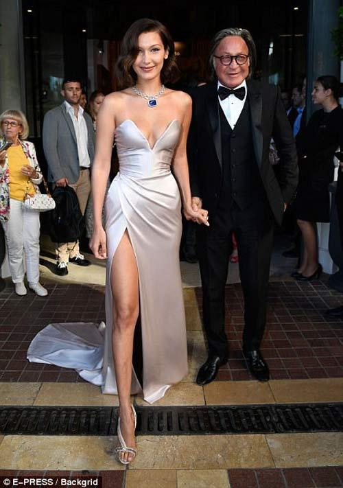 """Hot girl Hollywood nổi """"bần bật"""" tại Cannes vì sự cố váy xẻ sâu - 3"""