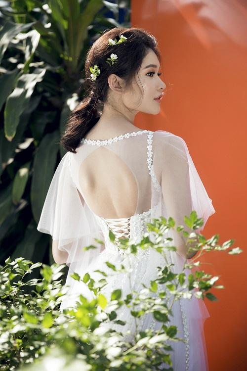 """Á hậu Việt """"tình tứ CR7"""" mặc mỏng, khoét xẻ hút mắt - 8"""