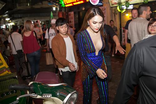 """Hương Giang mặc trễ nải diễn bar sau scandal """"vạ miệng"""" - 1"""