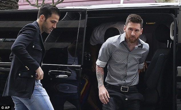 """Khi Messi, Suarez không quần đùi, áo số đi mở hàng cho """"gấu"""" - 2"""