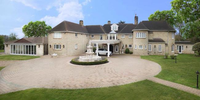 Biệt thự tọa lạc tại Stoke Park, London, nước Anh.