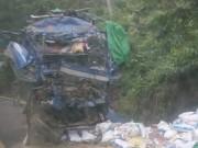 Tin tức trong ngày - Ô tô chở cám đâm vào vách núi, 3 người thương vong