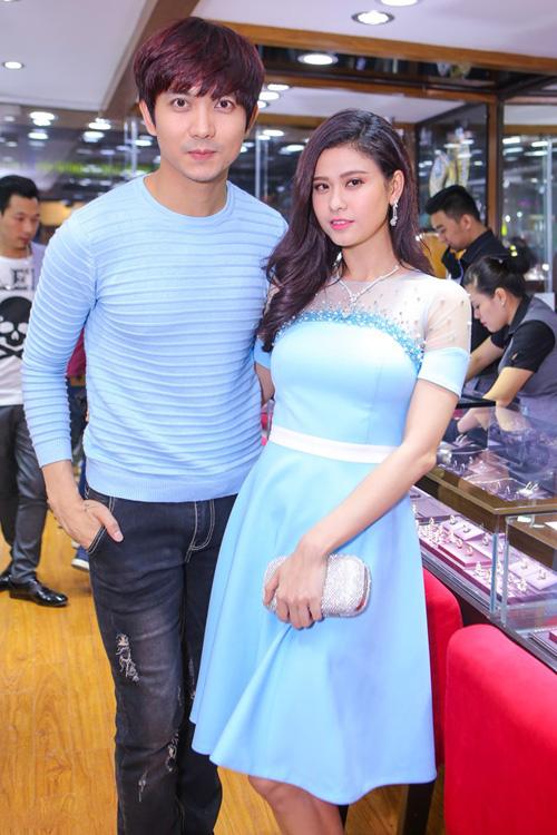 """Trương Quỳnh Anh - Tim """"mặc chung"""" áo, thân mật trên phố - 3"""