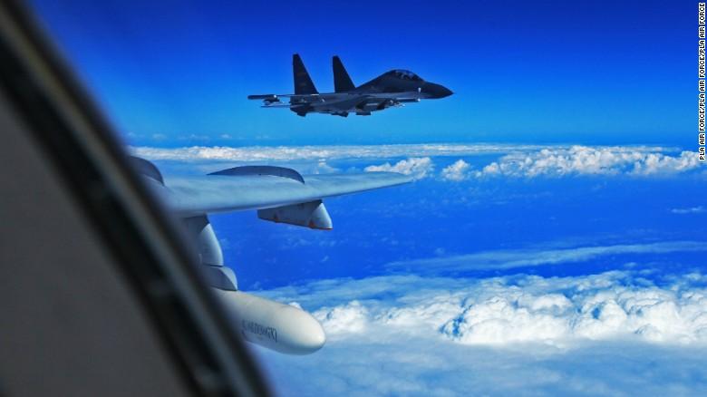 Chiến đấu cơ Trung Quốc nhào lộn ngay trên máy bay Mỹ - 1