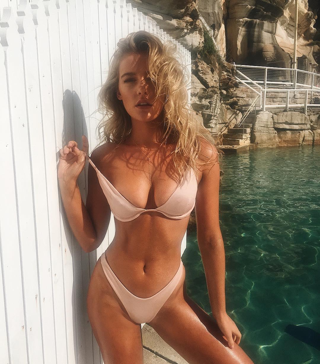 Bồ của tiền đạo Liverpool sở hữu cả shop bikini, nội y - 1