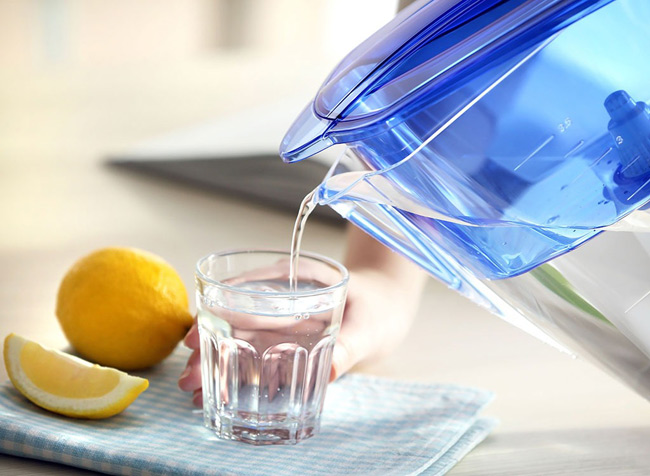 1. Uống 8 cốc nước mỗi ngày. 1 trong những nguyên nhân chính khiến bạn bị táo bón là cơ thể thiếu nước. Các bác sĩ khuyên bạn nên uống đủ 8 cốc nước mỗi ngày, đặc biệt là vào mùa hè vì cơ thể dễ tiết nhiều mồ hôi hơn.