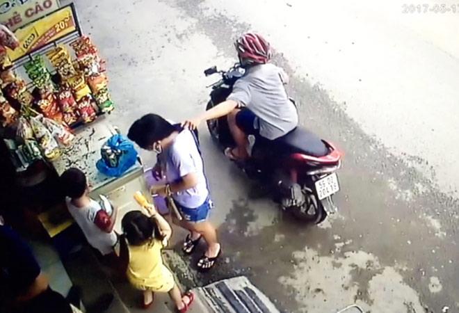 Camera ghi lại hình ảnh cô gái bị giật dây chuyền ở Sài Gòn - 3