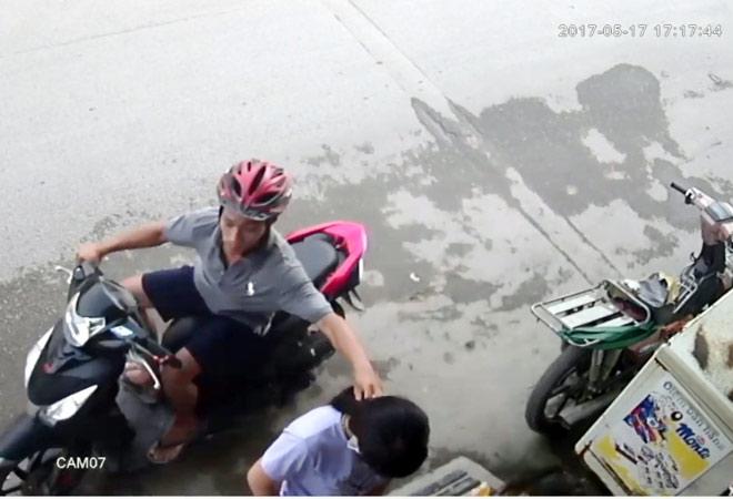 Camera ghi lại hình ảnh cô gái bị giật dây chuyền ở Sài Gòn - 2