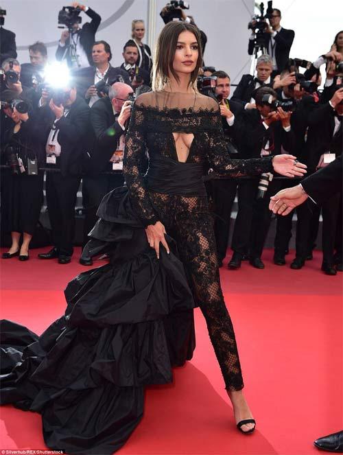 Lại một mỹ nữ khác phải xấu hổ vì váy xẻ cao tại Cannes - 12