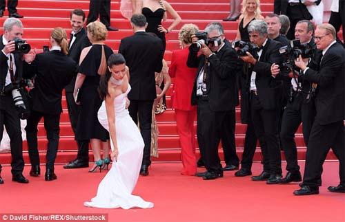 Lại một mỹ nữ khác phải xấu hổ vì váy xẻ cao tại Cannes - 5