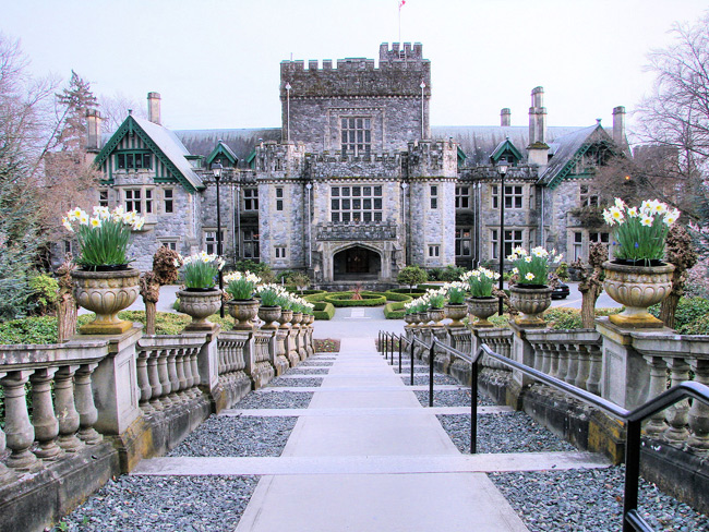 1. Đại học Royal Roads được xây dựng năm 1908, là nơi có lâu đài Hatley nổi tiếng. Được chọn làm bối cảnh của nhiều bộ phim và chương trình truyền hình như Arrow và X-men.