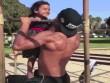 Chất ngất với cặp bố và con gái sành điệu khi tập gym