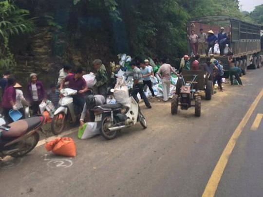 """Vụ tai nạn 2 người chết ở Hoà Bình: Nhiều người lao vào """"hôi của"""" - 1"""