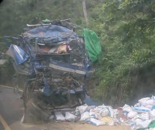 """Vụ tai nạn 2 người chết ở Hoà Bình: Nhiều người lao vào """"hôi của"""" - 2"""