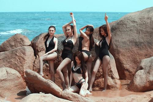 Kệ anti-fan, Lâm Khánh Chi khoe ảnh bikini bên dàn chân dài chuyển giới - 6