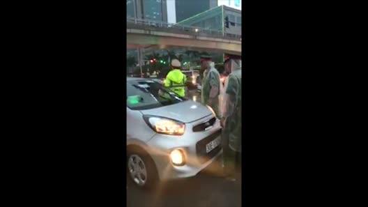 Lộ diện lái xe taxi cản trở đoàn xe ưu tiên, húc CSGT bỏ chạy