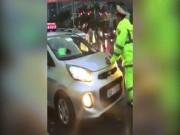 Tin tức trong ngày - Lộ diện lái xe taxi cản trở đoàn xe ưu tiên, húc CSGT bỏ chạy
