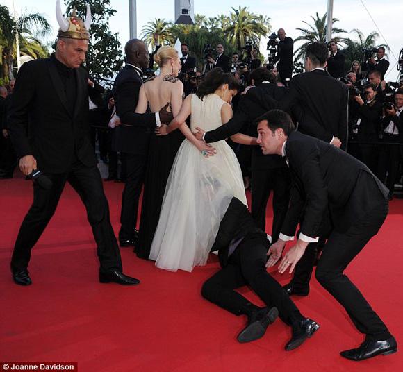 Rúc váy, giả danh... chuyện bên lề chỉ có ở Liên hoan phim Cannes - 5