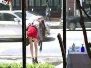 """Video: Quý ông """"dán mắt"""" vào người đẹp chân dài"""