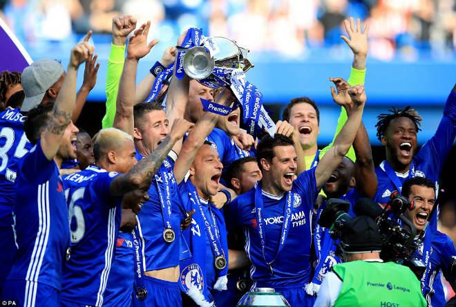 """Chelsea: Conte """"tăng động"""", Terry nghẹn ngào ngày nhận cúp - 9"""