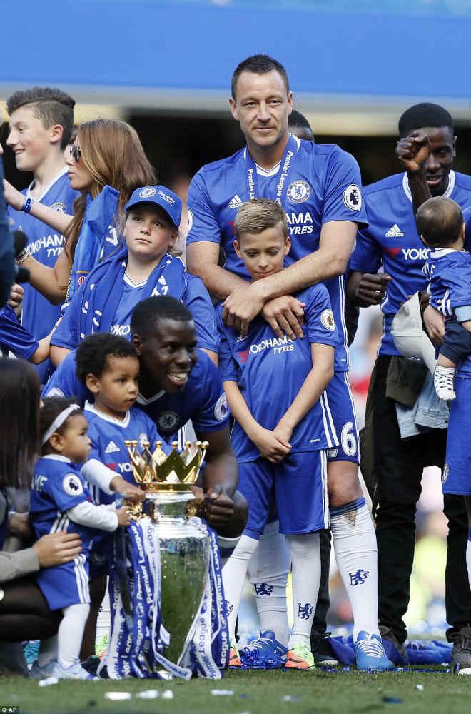 """Chelsea: Conte """"tăng động"""", Terry nghẹn ngào ngày nhận cúp - 11"""