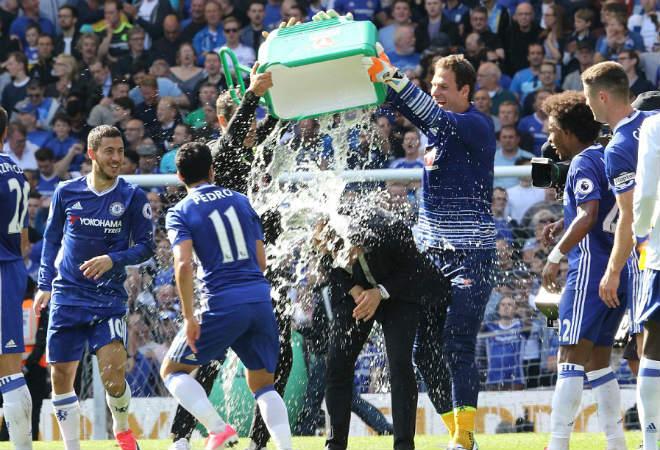 """Chelsea: Conte """"tăng động"""", Terry nghẹn ngào ngày nhận cúp - 12"""