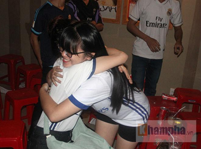 Fan Real tại VN ăn mừng cùng Ronaldo: Nụ hôn và nước mắt - 3