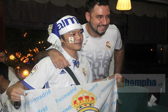 Fan Real tại VN ăn mừng cùng Ronaldo: Nụ hôn và nước mắt - 11